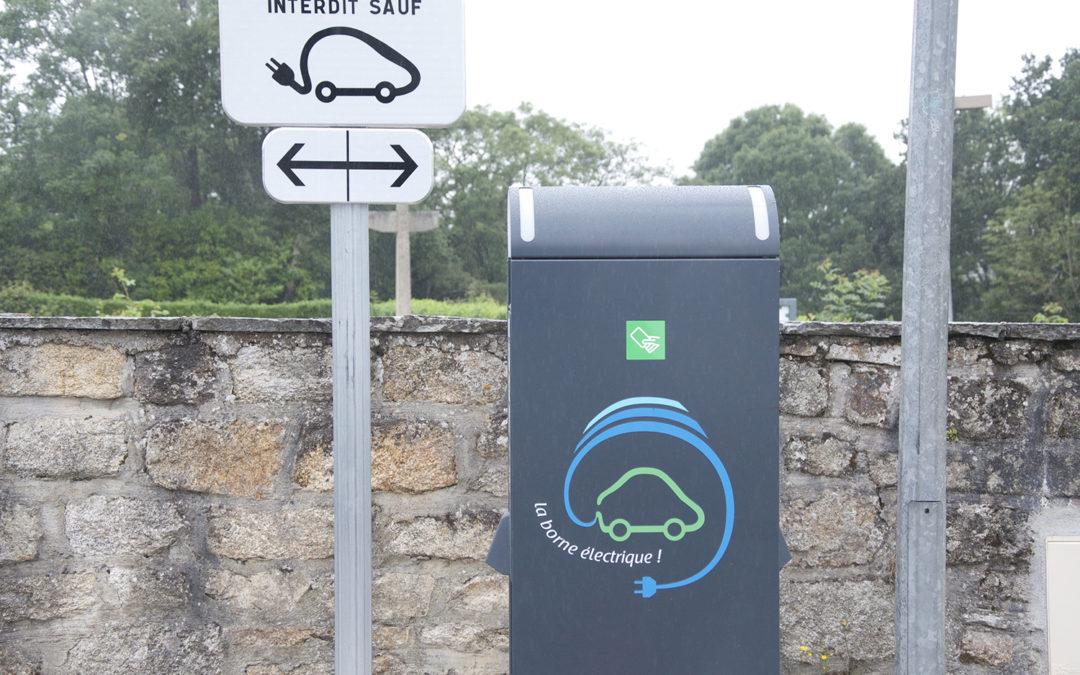 Une borne de recharge pour véhicules électriques à la Roche Maurice